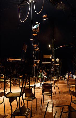 파리 라빌레트 극장에서 열린 현대 서커스 단체 Galapiat Cirque의 < Chateau Descartes > 공연 ©Christophe Raynaud de Lage